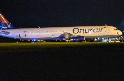 Flugzeug kommt nach Landung von Rollfeld ab