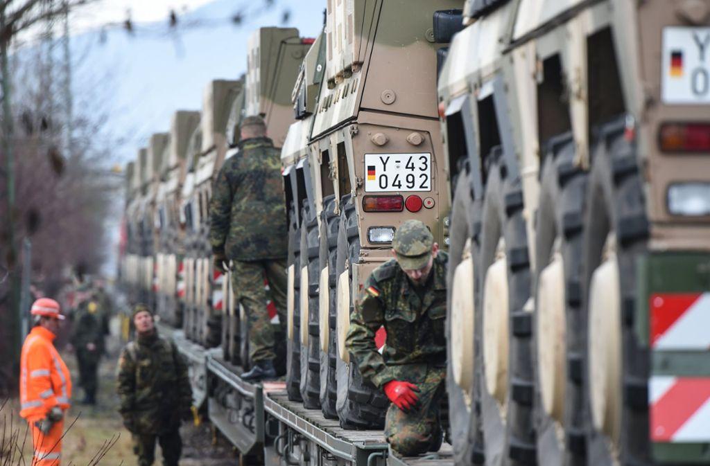 In Immendingen werden die Panzer auf Schienen gebracht. Foto: dpa