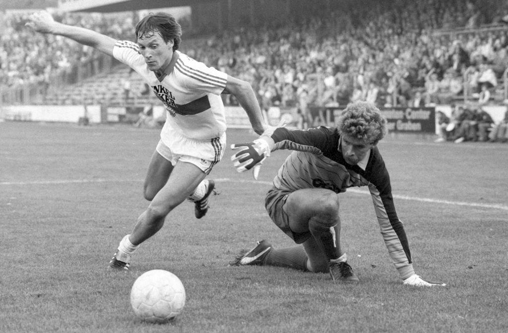 Asgeir Sigurvinsson und der VfB Stuttgart waren 1982 zu Gast beim VfL Osnabrück. Foto: imago/Baumann