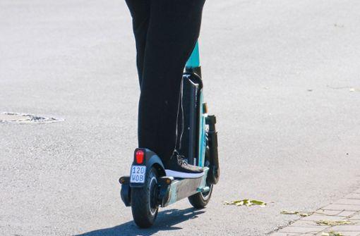 E-Scooter-Fahrer stößt mit Auto zusammen und verletzt sich schwer
