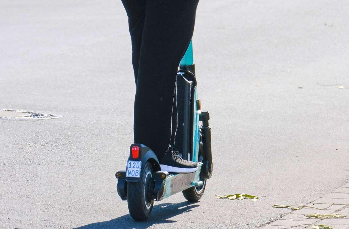 Ein E-Scooter-Fahrer verletzt sich bei einem Unfall schwer (Symbolbild) Foto: imago images/Michael Gstettenbauer