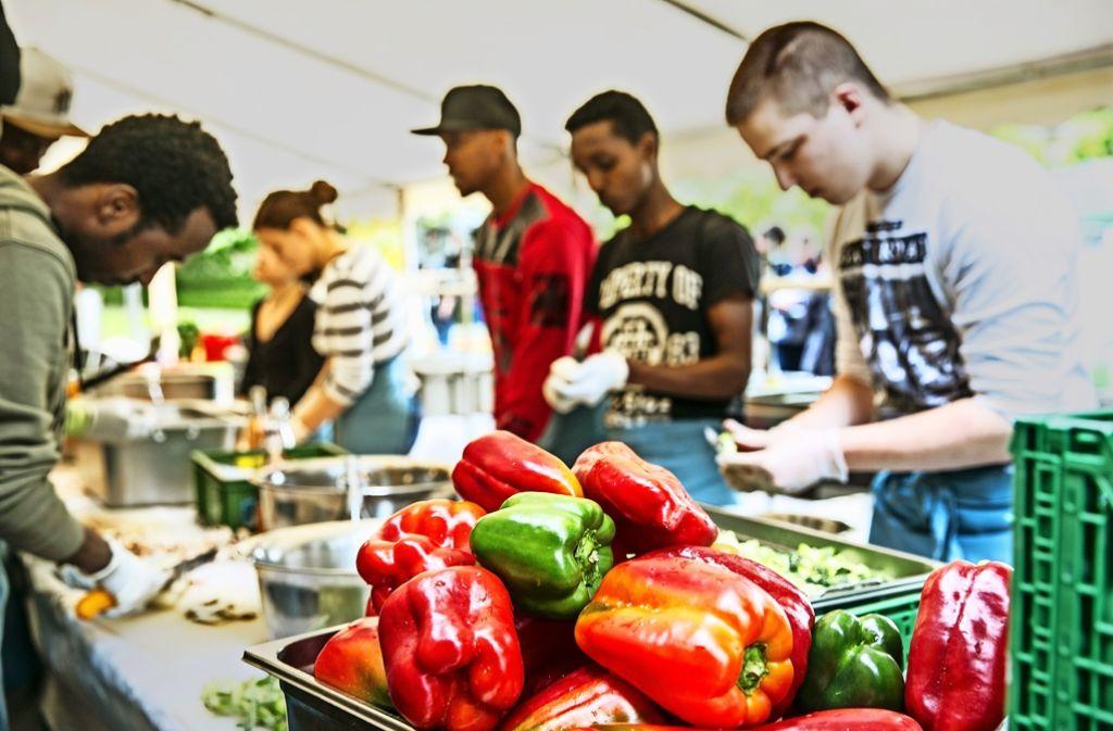 Beim  Obst- und Gemüseschnippeln kann man sich gut unterhalten und kennenlernen. Foto: Lichtgut/Horst Rudel