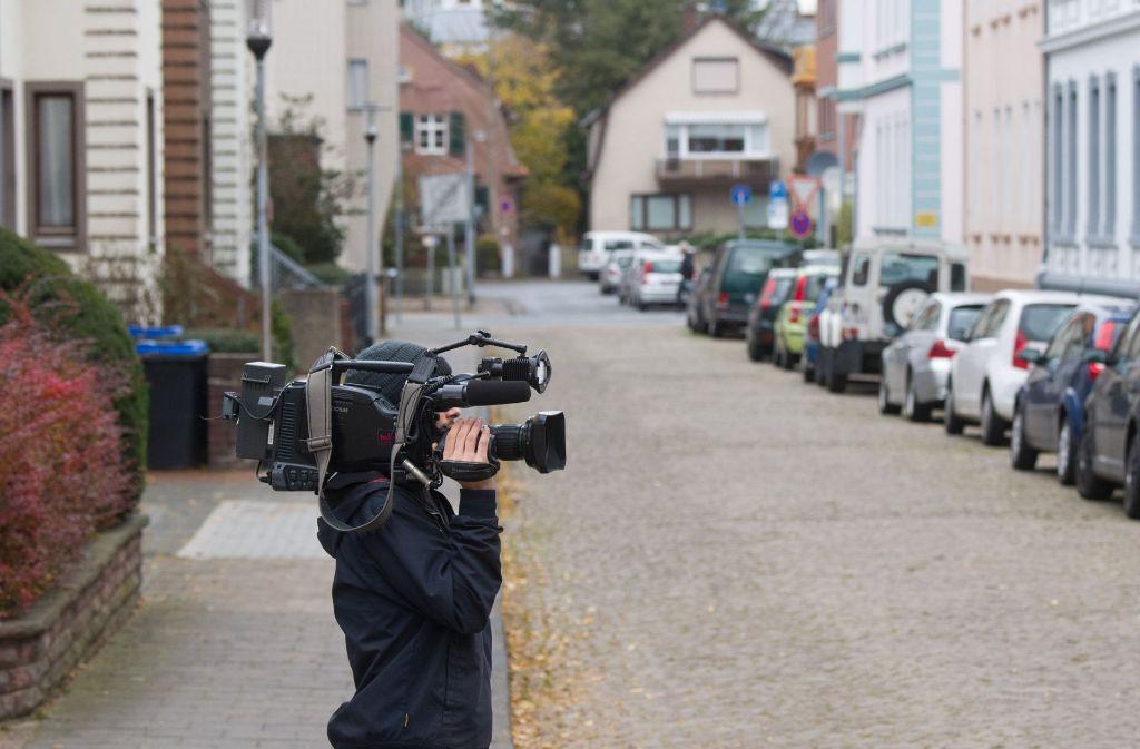 Nach der Bluttat in Hameln ist auch ein Kamerateam vor Ort. Ein 38-Jähriger hatte seine frühere Freundin hinter seinem Auto hergeschleift. Foto: dpa