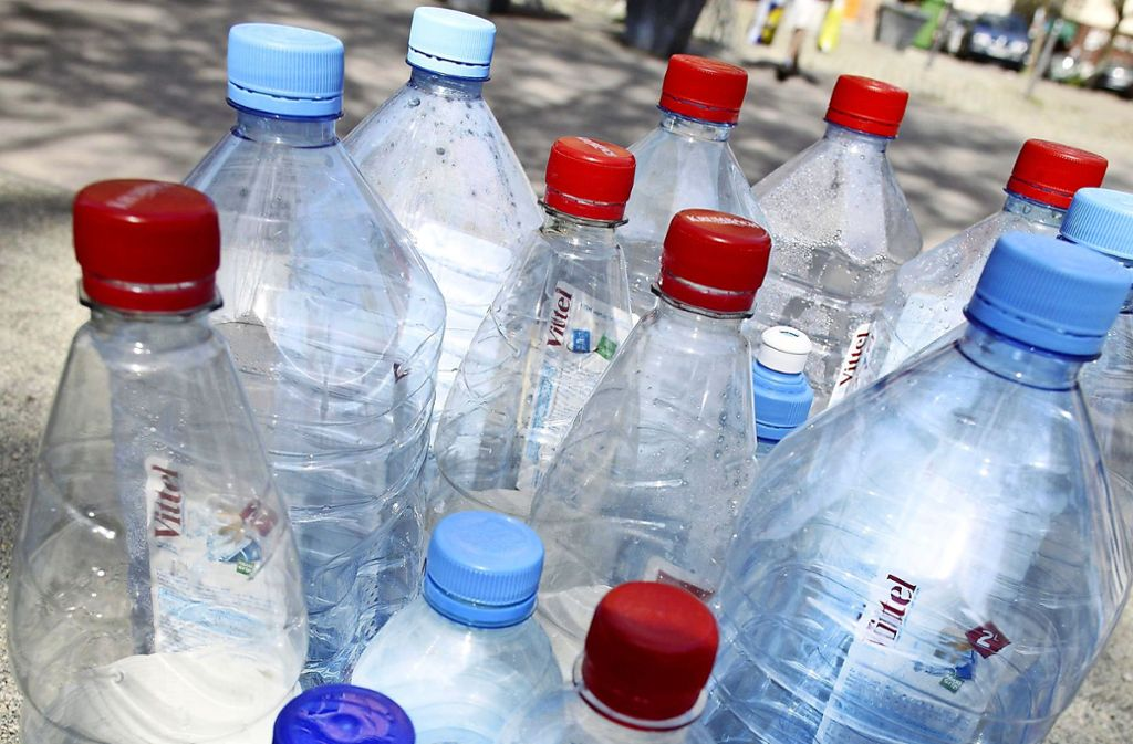 Plastikflaschen geraten zunehmend in Verruf.Hans-Peter Kastner war in vielen Zeitungen und TV-Sendungen. Foto: Steffen Honzera