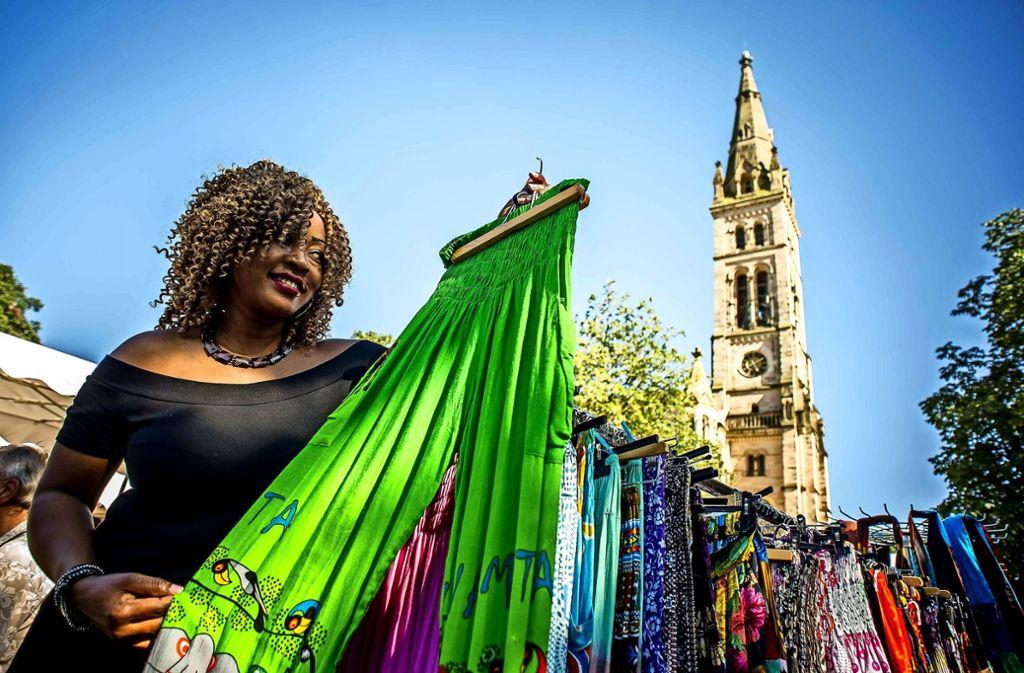 Kunstgewerbe und Mode aus Afrika wird  beim Festival auf dem Erwin-Schoettle-Platz an zahlreichen Verkaufsständen angeboten. Foto: Lichtgut/Max Kovalenko