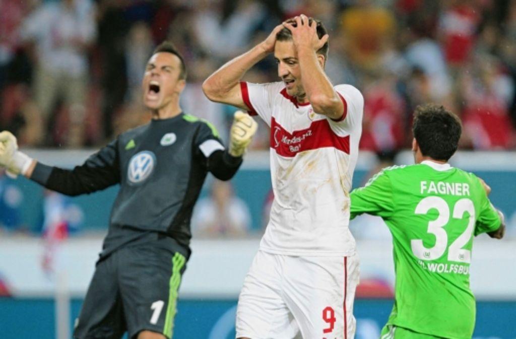 Vedad Ibisevic nach dem gescheiterten Elfmeter: Mehr Szenen vom Spiel gegen Wolfsburg sehen Sie in unserer Fotostrecke. Foto: Baumann