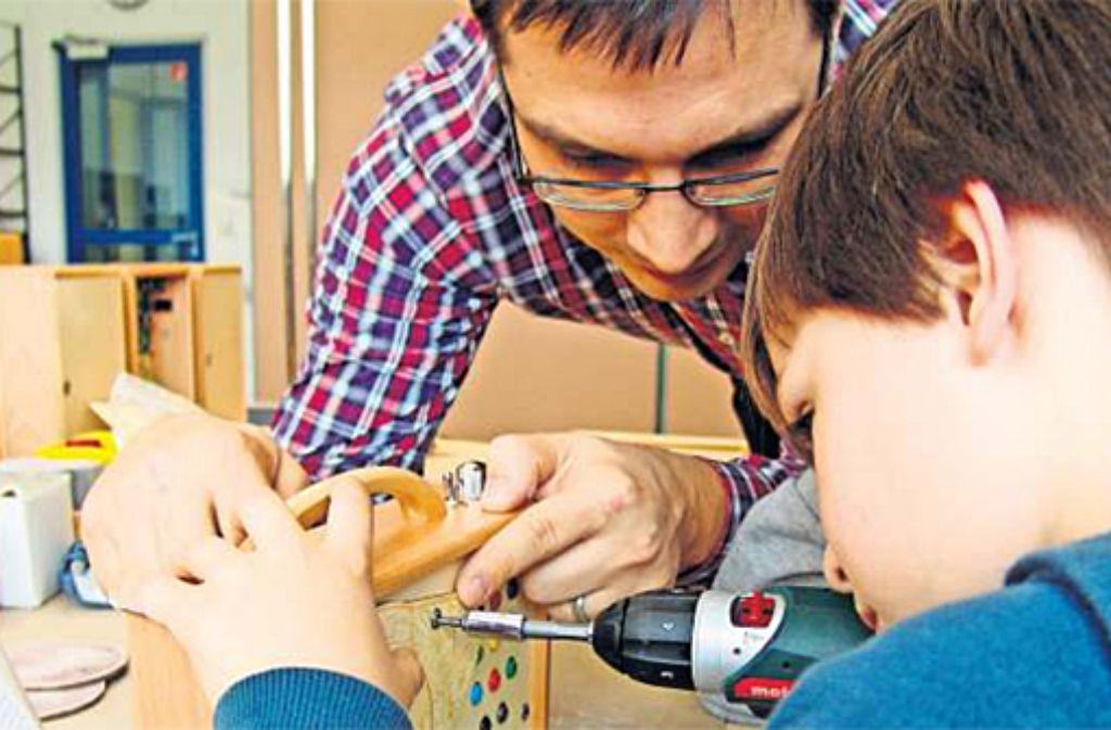 Rainer Brang und sein Sohn basteln an der hölzernen Musikbox. Foto: privat
