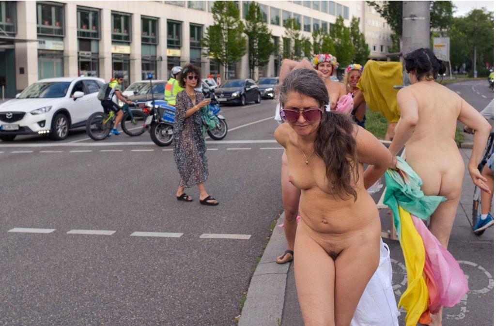 """Feministinnen lassen sich nackt für einen """"antisexistischen Autokalender"""" auf dem Rotebühlplatz fotografieren. Foto: Lichtgut/Max Kovalenko"""
