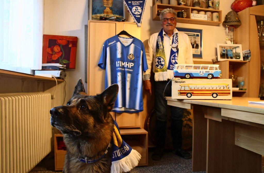 Auch Klaus Bluthardts Schäferhund Lasko hat einen eigenen Kickers-Schal. Foto: Ralf Recklies