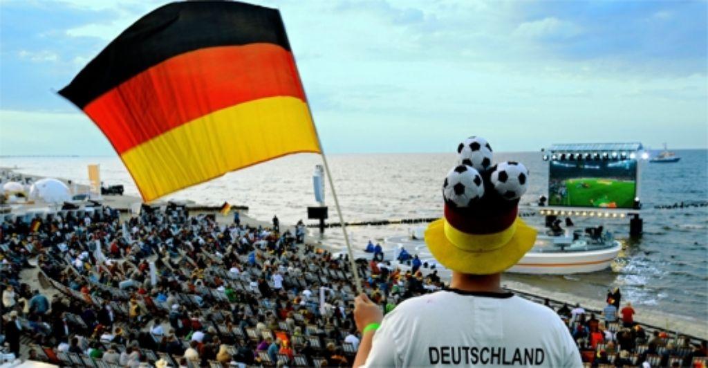 """Das Drumherum wird  länger: Das ZDF sendet zum Beispiel vom """"Fußballstrand"""" auf Usedom. Foto: ZDF"""