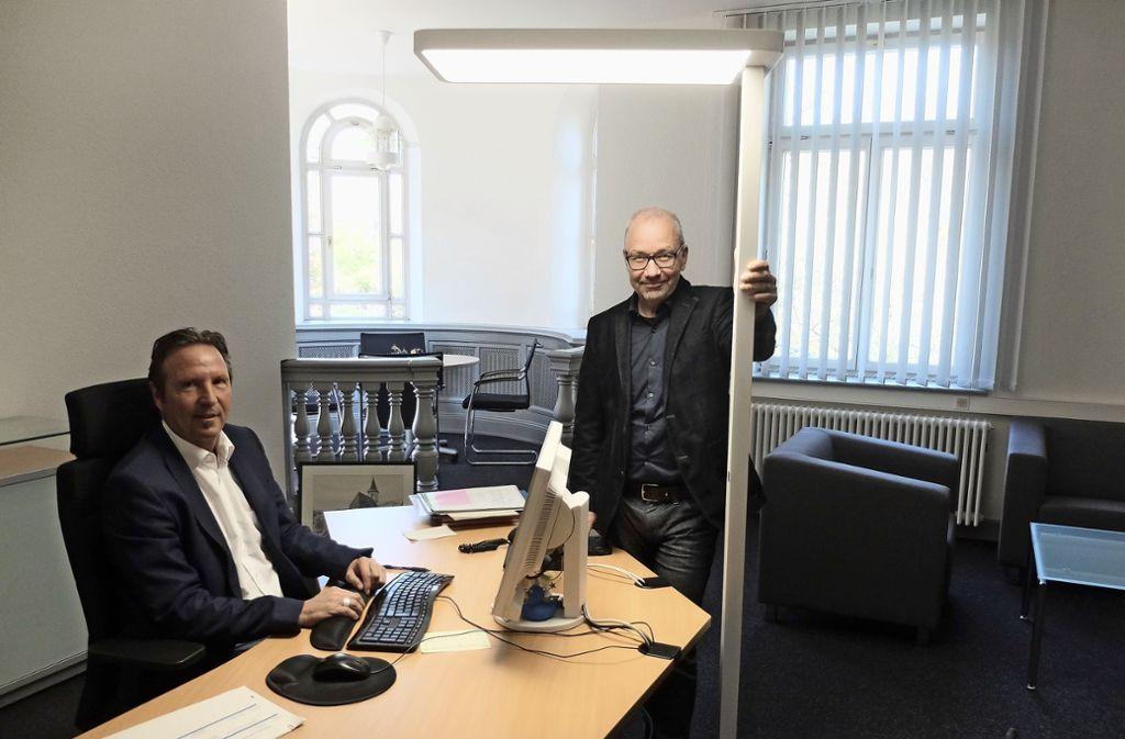 Bezirksvorsteher Ralf Bohlmann (links) ist jetzt im dritten Stock zu finden. Er   und   Architekt   Markus Schäfauer Foto: