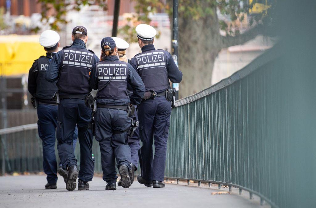 Polizeibeamte in Ludwigsburg sind vor einer Kneipe körperlich und verbal attackiert worden. Ein 37-Jähriger musste sich deshalb am Mittwoch vor dem Amtsgericht Ludwigsburg verantworten.  (Symbolbild) Foto: dpa/Sebastian Gollnow