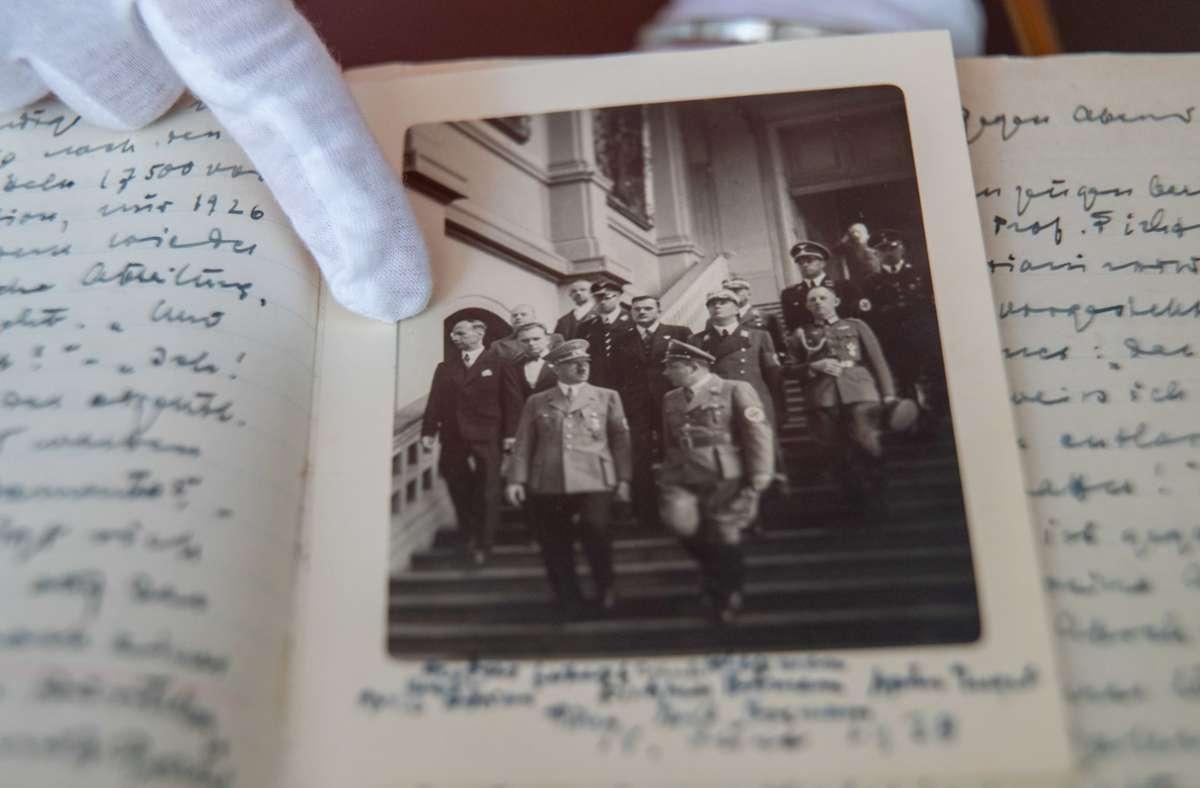 Auf einem historischen Foto ist Hans Posse (ganz links) abgebildet, wie er am 18. Juni 1938 mit Adolf Hitler durch die Dresdner Gemäldegalerie geht. Foto: dpa/Daniel Karmann