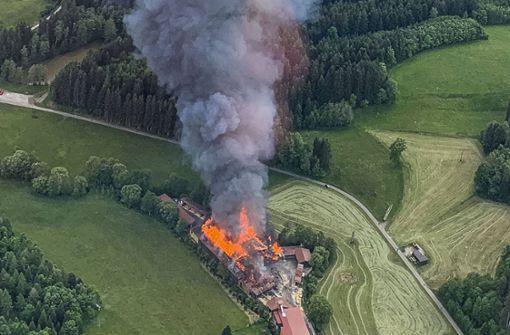 Großbrand in Sägewerk hält Feuerwehr in Atem – immenser Schaden