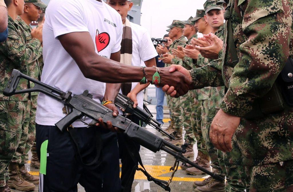 Zeichen des guten Willens: ELN-Kämpfer geben ihre Waffen ab. Foto: EFE