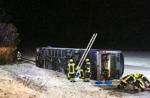 Reisebus von B10 geweht und umgekippt – acht Verletzte