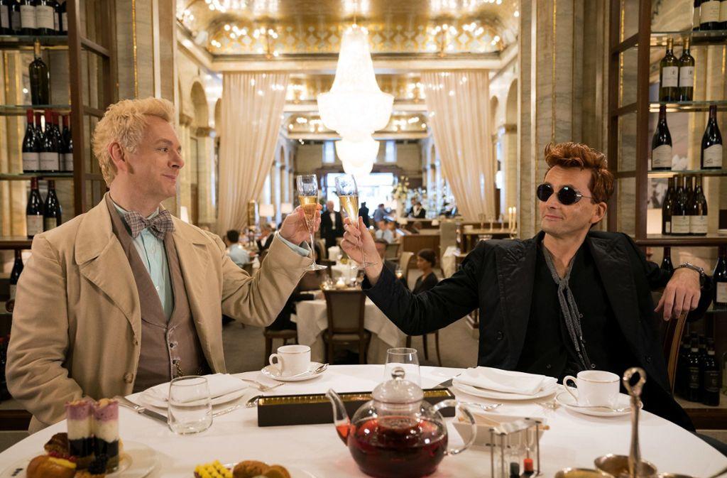 """Michael Sheen als Erziraphael und David Tennant als Crowley in der Miniserie """"Good Omens"""" Foto: Amazon"""