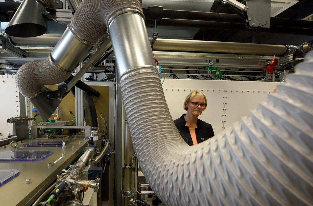 Bundesministerin Anja Karliczek in einem Labor der Ulmer Batterieforscher Foto: dpa