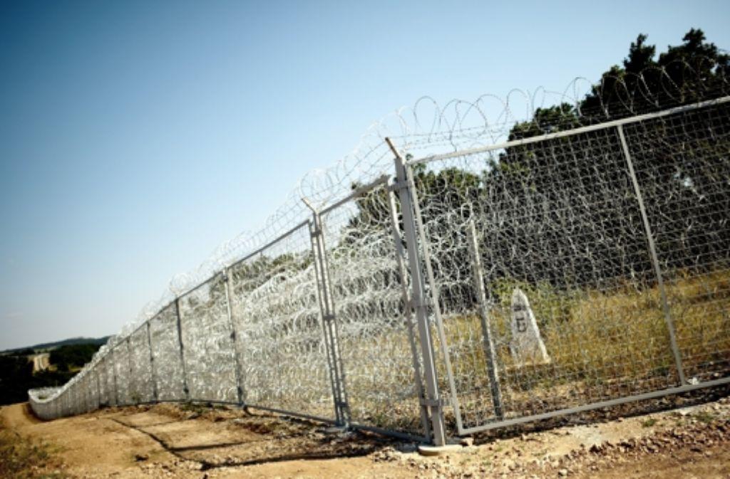 Ein Zaun zwischen Bulgarien und der Türkei soll die Grenze sichern. Die EU-Kommission schlägt nun vor, ein eigenes EU-Grenzschutzkorps zu grünen. Foto: epa