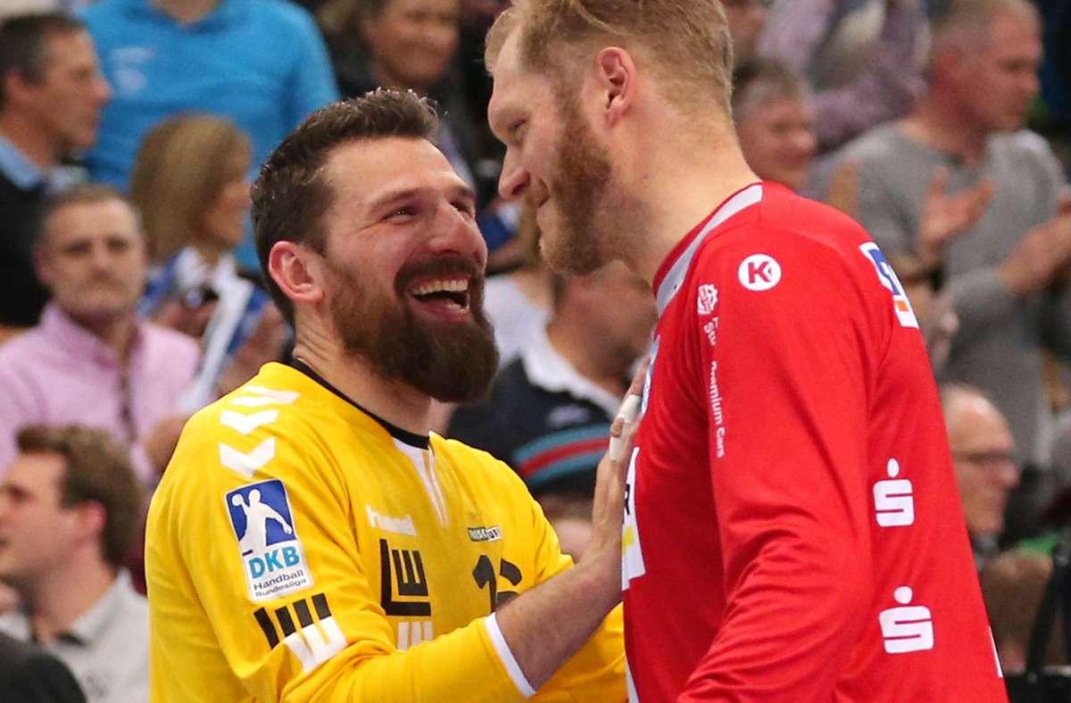 """Primoz Prost (li., im Dress von Frisch Auf Göppingen) und Johannes  """"Jogi"""" Bitter  verstanden sich offenbar schon als Gegner gut – künftig bilden sie das Torwart-Gespann beim TVB Stuttgart. Foto: Baumann"""