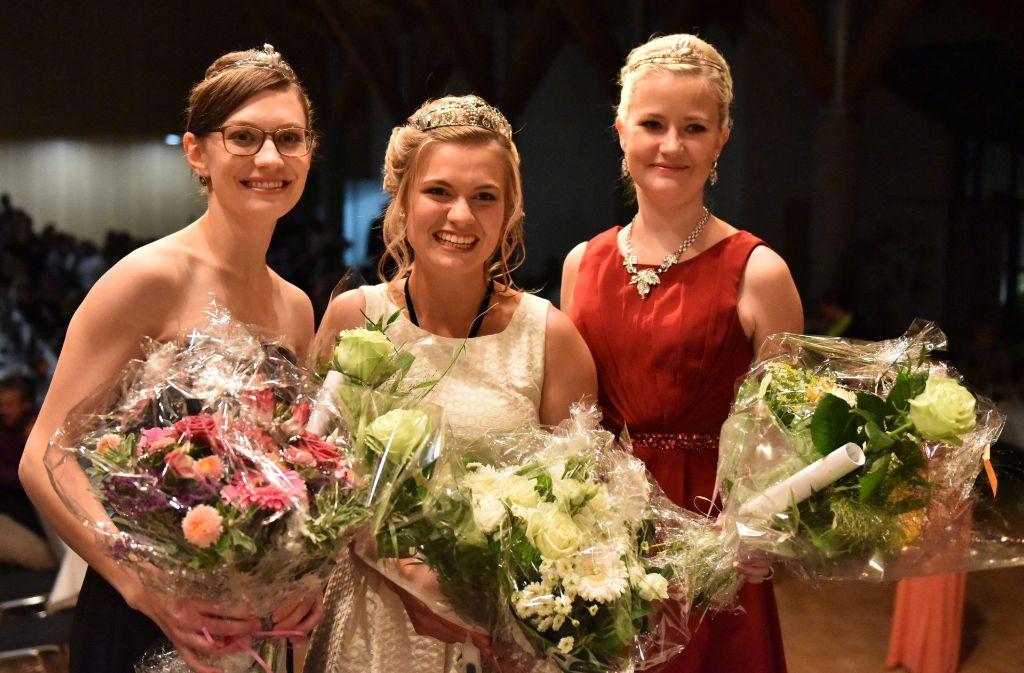 Die neue Württemberger Weinprinzessin Anja Off (von links nach rechts), Weinkönigin Carolin Klöckner und Weinprinzessin Laura Irouschek Foto: dpa