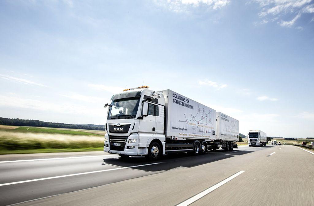Nur 15 Meter beträgt der Abstand der elektronisch zusammengekoppelten Lastwagen, die bis zum Jahresende auf der A9 verkehren, um die neue Platooning-Technologie im realen Einsatz zu testen. Foto: MAN T&B-G
