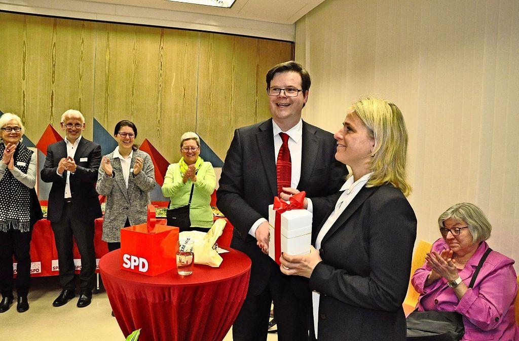 Der SPD-Ortsvereinsvorsitzende Eberhard Keller überreicht der Gastrednerin Verena Bentele ein Präsent. Foto: Georg Linsenmann