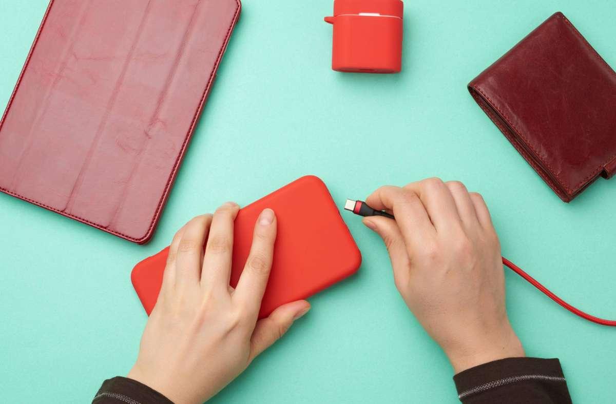 Beim Aufladen des Smartphones über USB-Ports sollte man Vorsicht walten lassen. Foto: imago images/Panthermedia/nndanko via www.imago-images.de