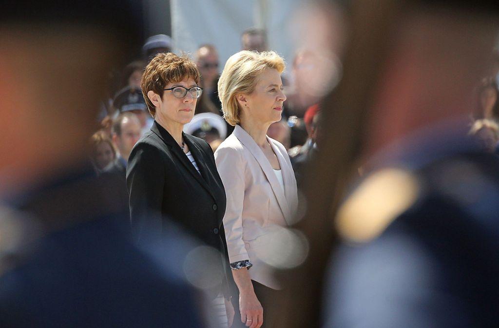 Annegret Kramp-Karrenbauer und Ursula von der Leyen bei der Amtsübergabe. Foto: dpa/Wolfgang Kumm