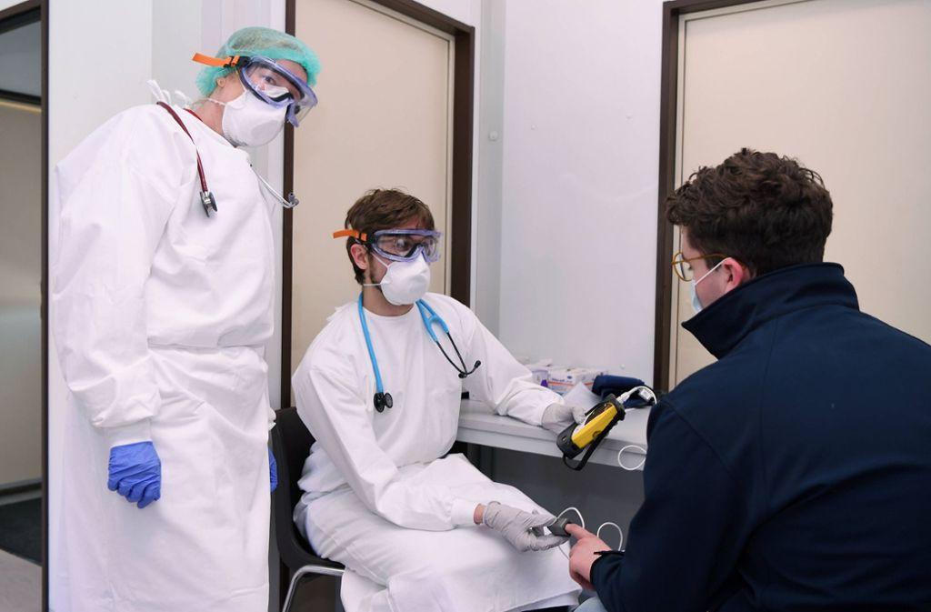 Ärzte versorgen einen Patienten in Tübingen. Viele melden sich freiwillig für diesen Dienst. (Symbolbild) Foto: imago images/ULMER Pressebildagentur/ULMER via www.imago-images.de