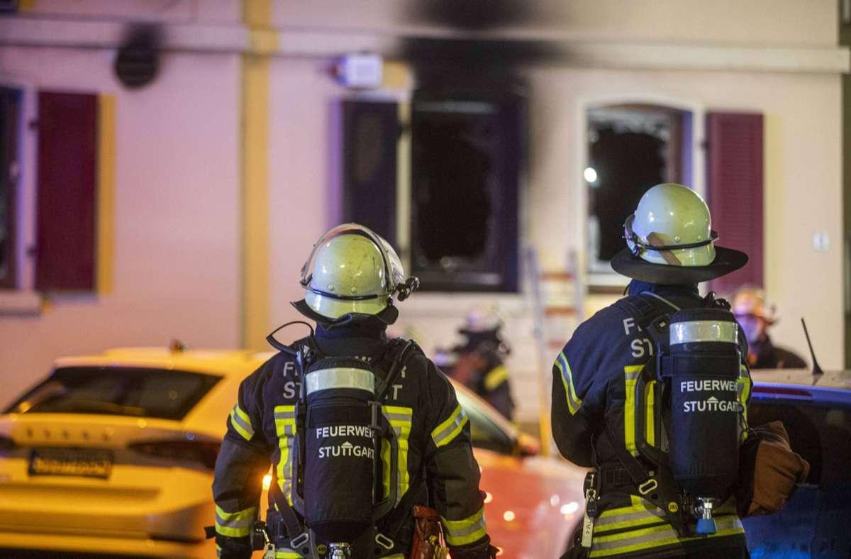 Das Feuer breitete sich im Erdgeschoss aus, tiefschwarzer Rauch trat aus den Fenstern. Foto: 7aktuell.de/Simon Adomat/7aktuell.de | Simon Adomat