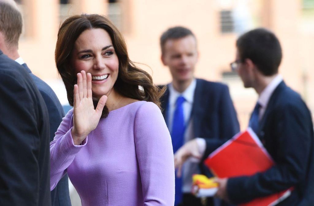 Herzogin Kate macht nicht nur immer wieder durch ihre Herzlichkeit, sondern auch durch ihr außergewöhnliches Stilbewusstsein auf sich aufmerksam. So bei ihrer jüngsten Polen- und Deutschlandreise. In unserer Bildergalerie blicken wir auf die vergangenen Tage und die Outfitwahl der Britin zurück. Klicken Sie sich durch. Foto: AFP