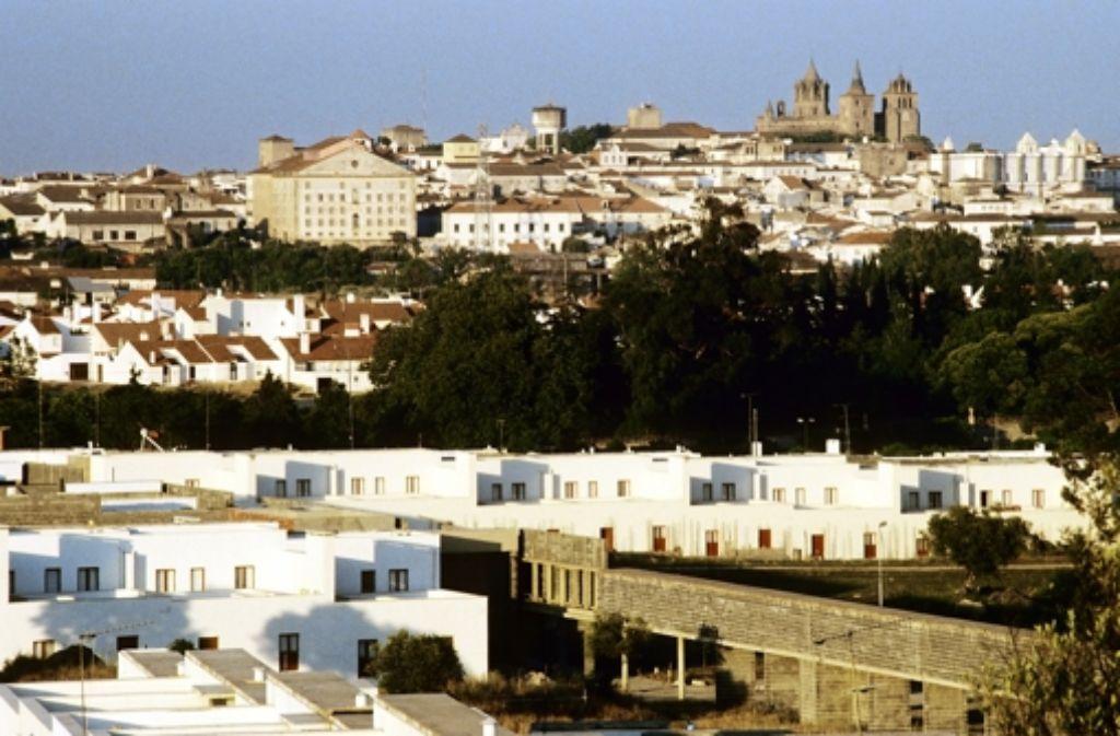 Vorn das neue Quartier, hinten die alte Stadt: Évora im Alentejo Foto: Verlag