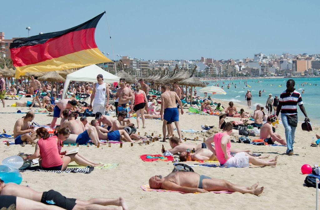 Am gut besuchten Strandabschnitt versuchten ein Rettungsschwimmer und anschließend auch Sanitäter vergeblich, den Mann wiederzubeleben. (Symbolbild) Foto: dpa