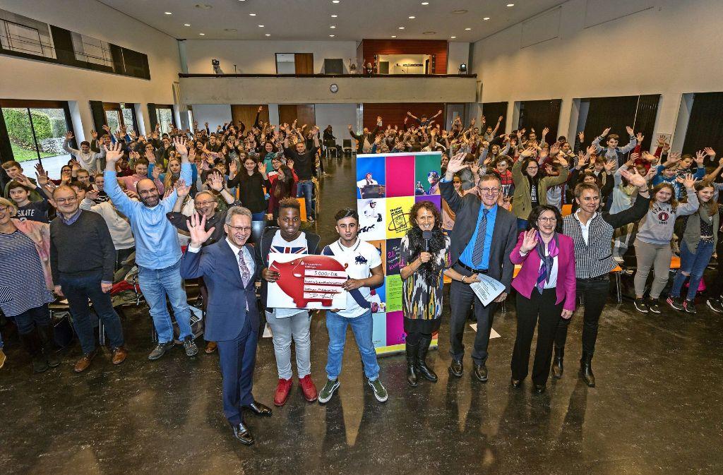 Die Sparkasse unterstützt das Theaterfestival seit 21 Jahren finanziell. Diesmal  überbrachte das Vorstandsmitglied  Detlef Schmidt (vorne links) 5000 Euro. Foto: factum/Weise