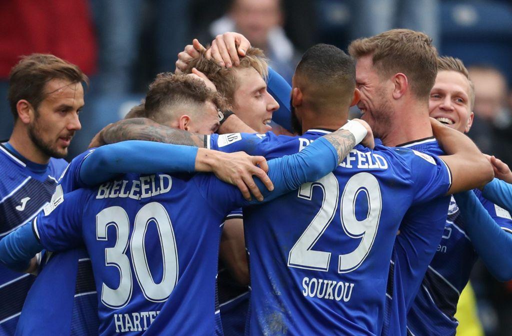 Jubel bei den Spielern von Arminia Bielefeld nach dem 6:0 gegen Jahn Regensburg. Foto: dpa/Friso Gentsch
