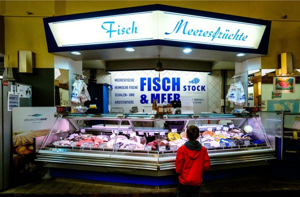 Der ehemalige Fischstand von Rüdiger Stock: Seit Juni ist er geschlossen. Die Arbeit  ruht, bis die strittigen Fragen geklärt sind. Foto: Lichtgut/Leif Piechowski