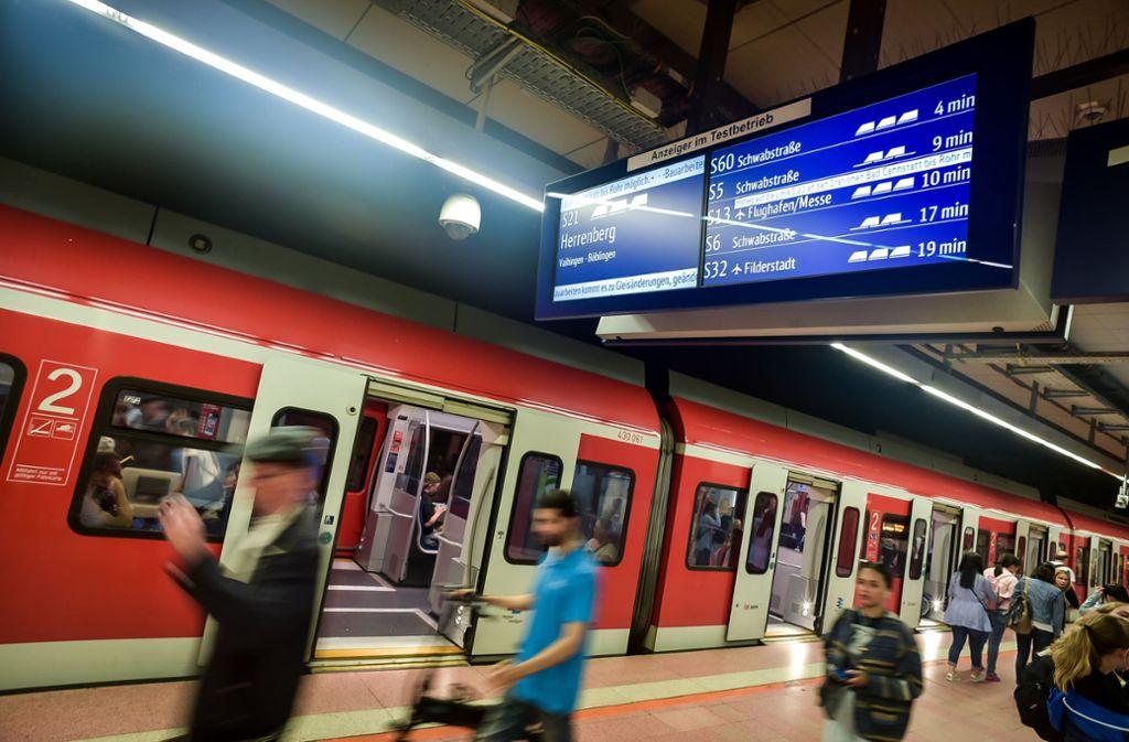 Der herrenlose Koffer wurde in einer S-Bahn der Linie S2 gefunden. (Symbolbild) Foto: Lichtgut/Max Kovalenko