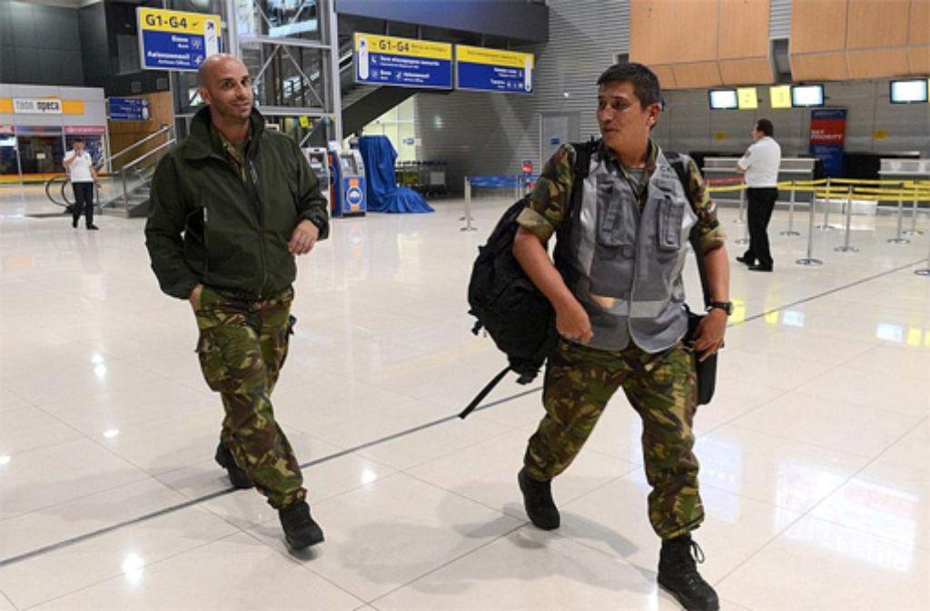 Niederländische Forensiker bei ihrer Ankunft in der Ukraine. Foto: dpa