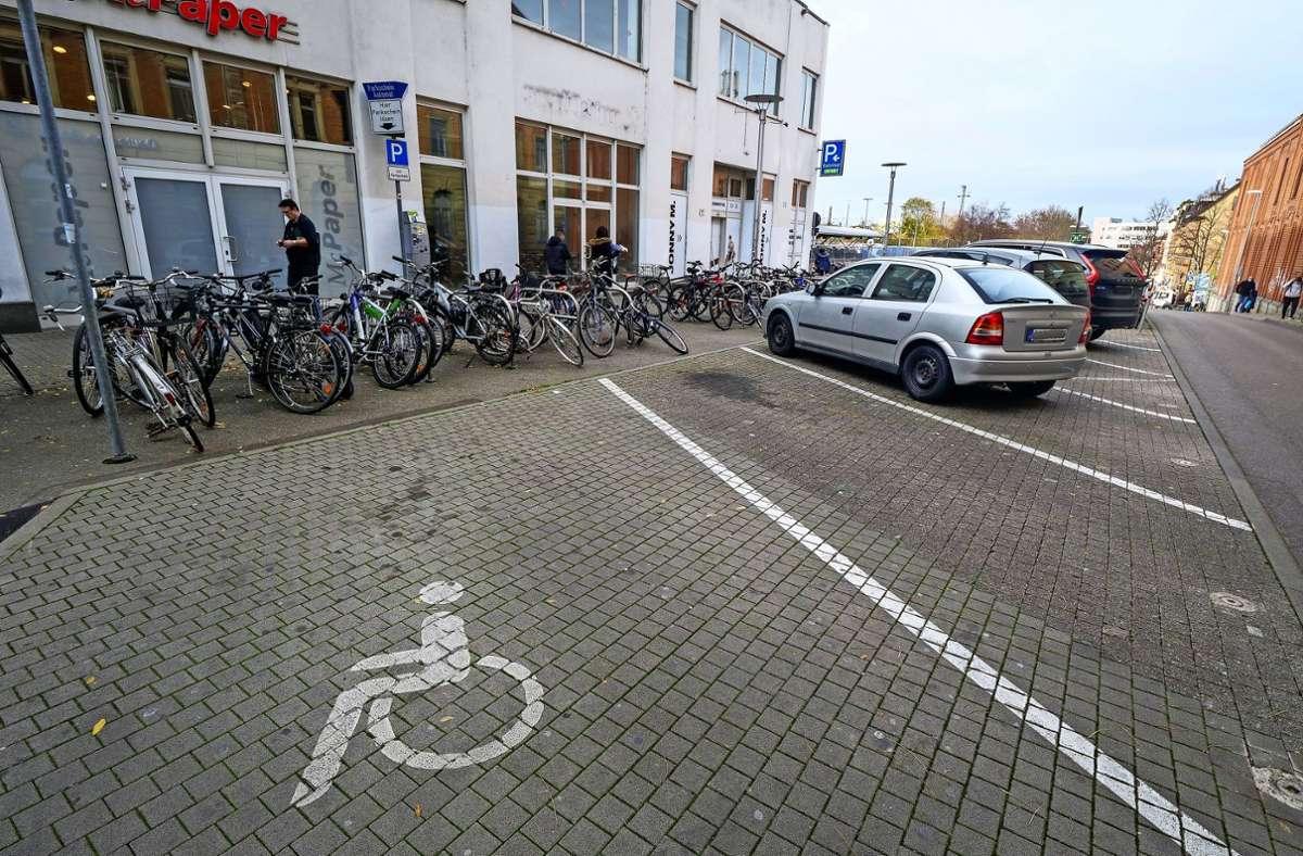 Vier Autoparkplätze am Ludwigsburger Bahnhof fallen weg, weil die Radstation gleich nebenan umziehen muss. Foto: factum/Simon Granville