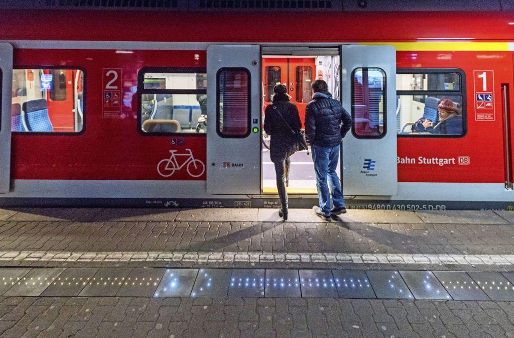 Die Leuchtdioden auf dem Bansteig markieren den Bereich, wo man am besten einsteigt. Foto: Andreas Vamhorn