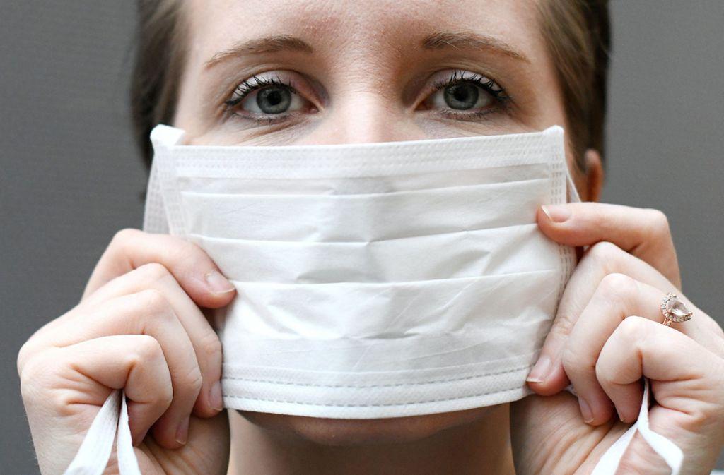 Mit einem Mundschutz versuchen einige Menschen, sich vor dem Coronavirus zu schützen. Doch das ist unsinnig, sagen Experten. Foto: dpa/Hans Klaus Techt