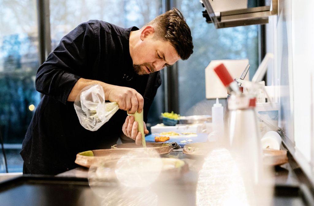 Mal Haute Cuisine, mal Hausmannskost: Die Aufgaben sind bei Kitchen Impossible höchst unterschiedlich. Tim Mälzer hat schon mehrfach bewiesen, dass er im Duell mit Sterneköchen mithalten kann. Foto: MG RTL D / Nady El-Tounsy