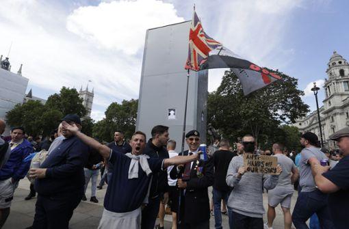 Rechte Demonstranten versammeln sich vor Churchill-Denkmal
