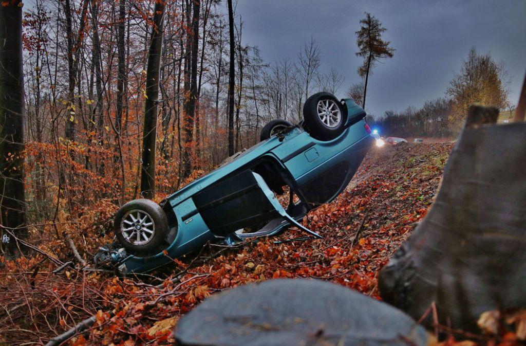Das Auto kam in einem Wald auf dem Dach zu Stehen. Foto: 7aktuell.de/ Lermer