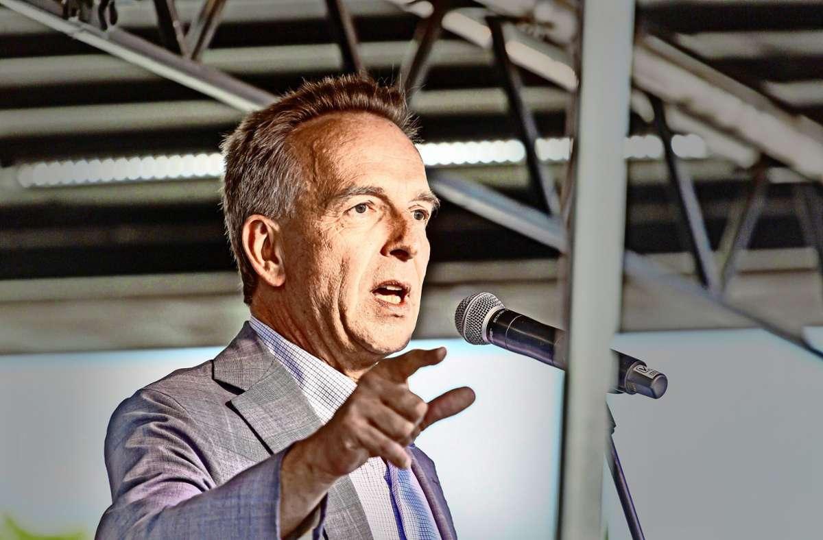 """Auftritt in Stuttgart: der Finanzwissenschaftler Stefan Homburg spricht vor den  """"Querdenkern"""". Foto: imago/Arnulf Hettrich"""