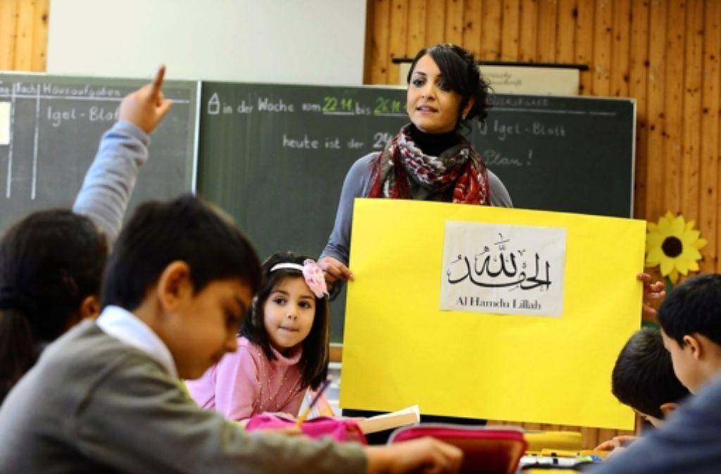 Eine Lehrerin unterrichtet islamischen Religionsunterricht. Foto: dpa