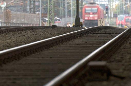 Mann stolpert auf Bahngleisen und wird von Zug erfasst