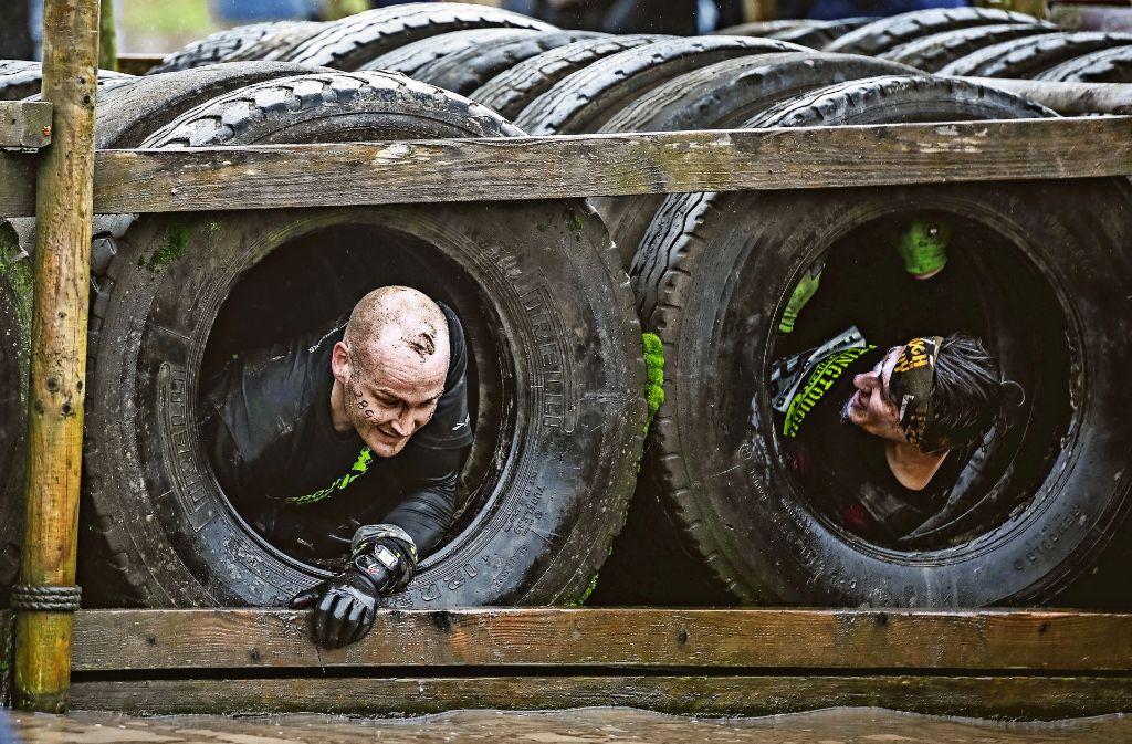 Eine Wand aus Lkw-Reifen wartet auch in Uhingen auf die Läuferinnen und Läufer: Diese muss jedoch nicht durchkrochen, sondern überklettert werden. Foto: ZRS Agentur GmbH/Veranstalter