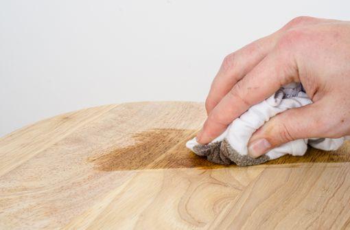 7 Methoden, um Fettflecken auf Holz zu entfernen